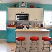 Cuisine peinte de couleurs vives avec armoires blanches