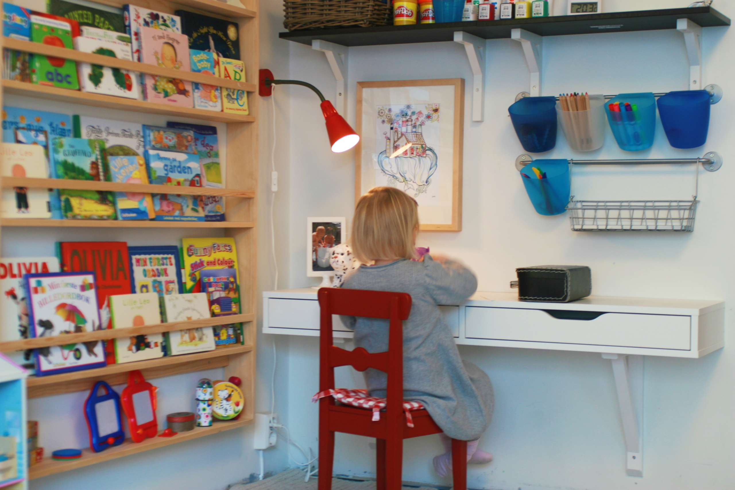 Magazine rack-style bookshelf for kids room