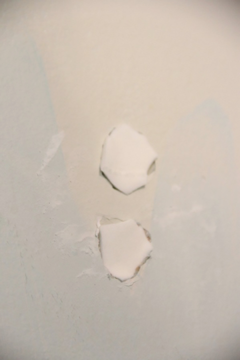 Lesli fixed a hole in her wall using makeup sponges
