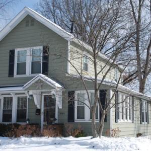 Extérieur de maisons enneigées en hiver